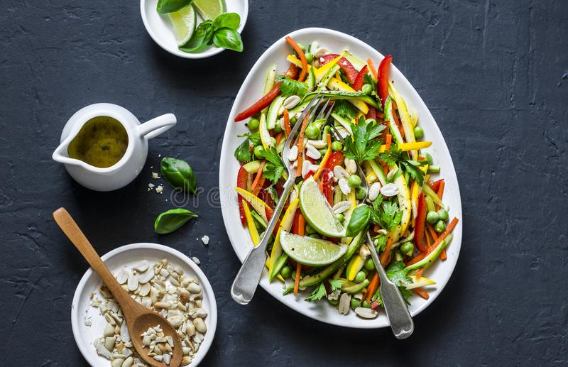 Os vegetais crus acolchoam a salada tailandesa no fundo escuro, vista superior imagens de stock