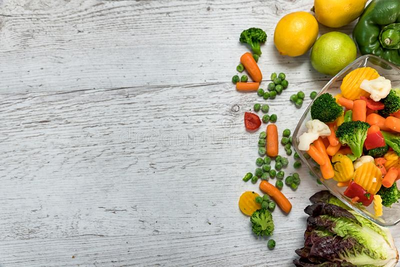 Os vegetais crus cortaram em partes em uma bacia foto de stock royalty free