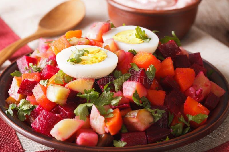 Os vegetais de salada finlandeses do rosolli decoraram o close-up dos ovos horizo imagens de stock