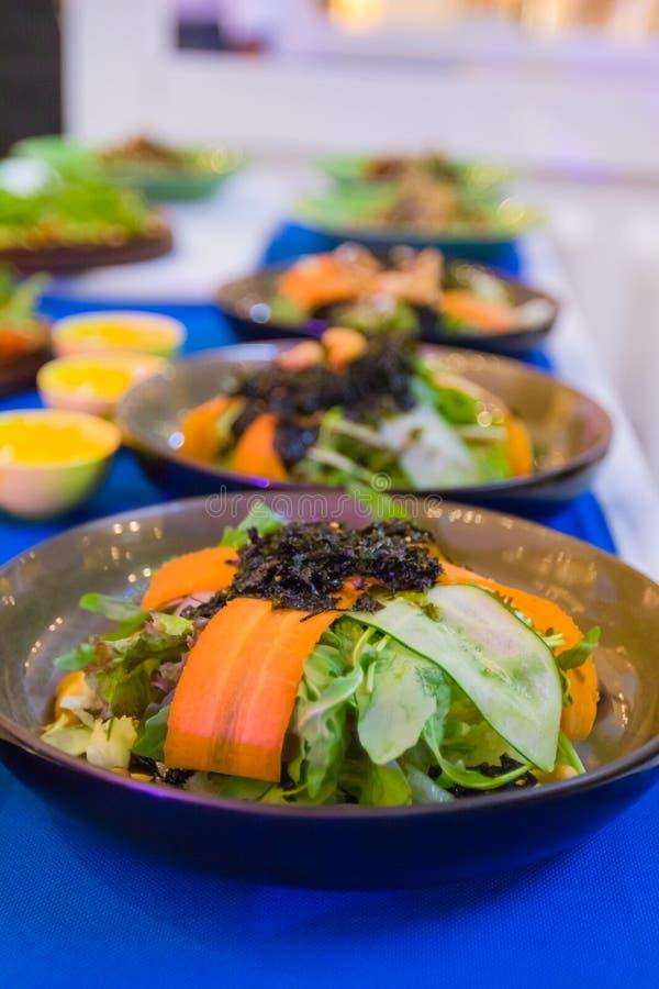 Os vegetais de salada são muito saudáveis e o corpo consiste em muitos tipos de vegetais e de molho delicioso fotos de stock
