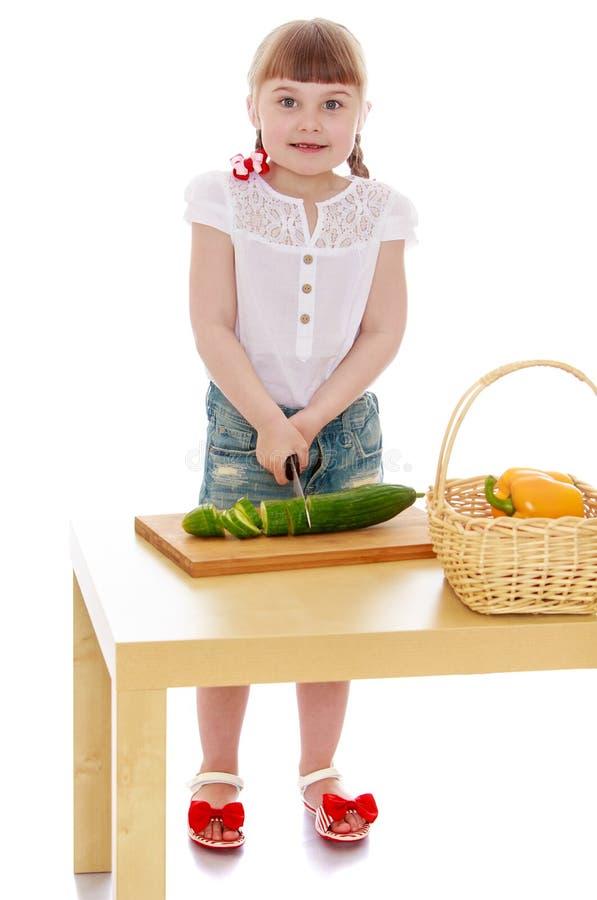 Os vegetais do corte da menina foto de stock royalty free