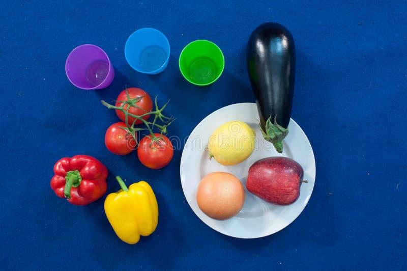 Os vegetais e os frutos são uma parte importante de uma dieta saudável, e a variedade é como importante imagens de stock royalty free