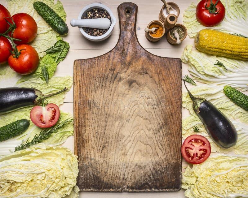 Os vegetais e os ingredientes diferentes saudáveis do conceito dos alimentos, do cozimento e do vegetariano para a salada, alinha fotografia de stock royalty free