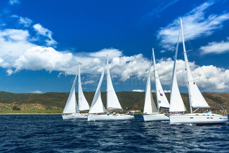 Os veleiros não identificados participam na regata da navigação entre o grupo de ilha grego no Mar Egeu foto de stock