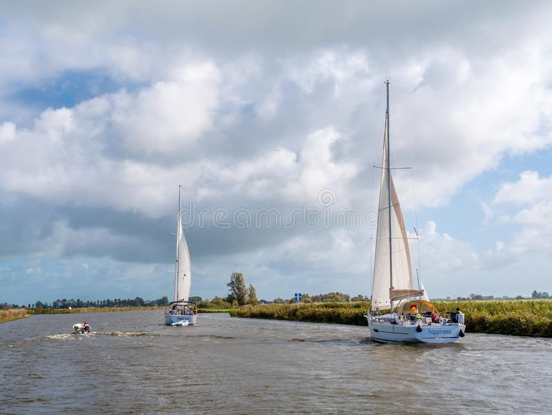 Os veleiros que navegam no canal chamaram Jeltsesloot na província de Friesland perto de Heeg, Países Baixos imagens de stock royalty free