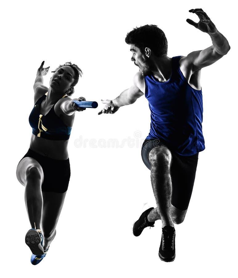 Os velocistas dos corredores de relé do atletismo que correm os corredores isolaram o silho foto de stock