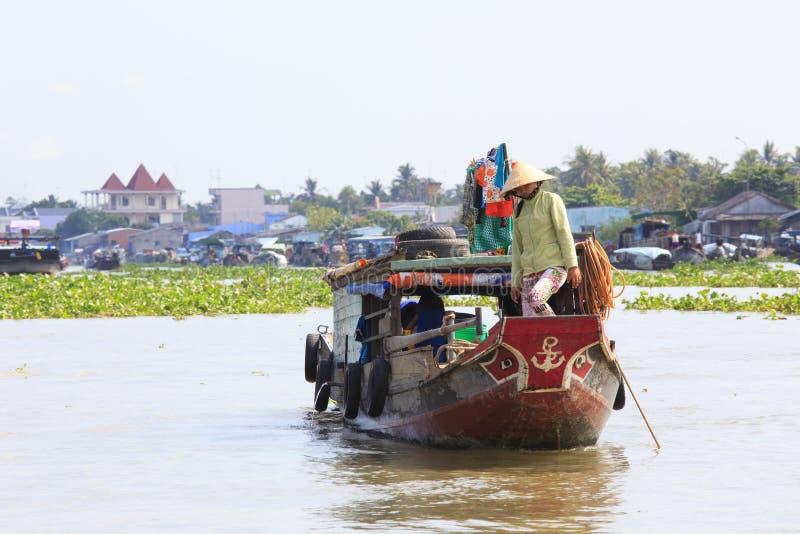 Os vendedores dos produtos frescos vendem do barco ao barco no mercado de flutuação de Cai Rang fotografia de stock