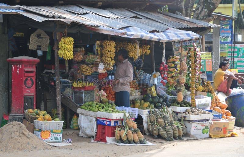 Os vendedores na loja da rua vendem frutos frescos em Sri Lanka foto de stock