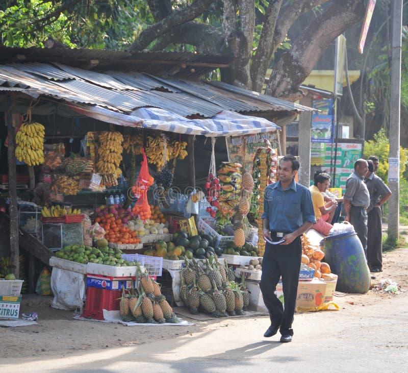 Os vendedores na loja da rua vendem frutos frescos em Sri Lanka fotografia de stock
