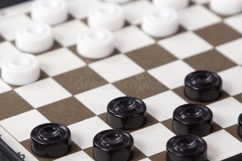 Os verificadores brancos e pretos na placa imagens de stock royalty free
