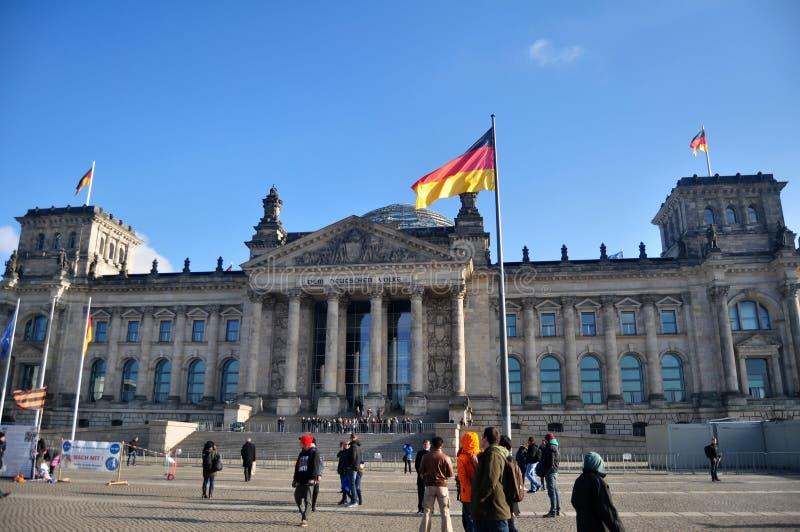 Os viajantes alemães dos povos e do estrangeiro andam e levantando para tome a foto na parte dianteira da construção de Reichstag imagem de stock royalty free