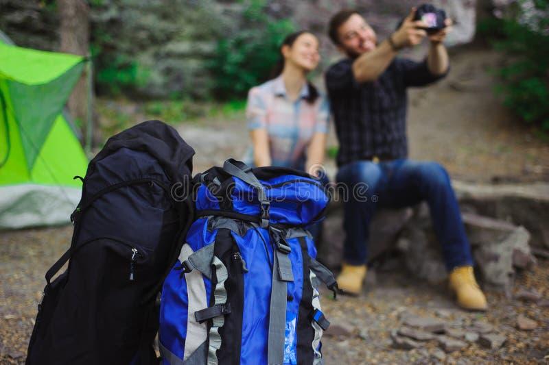Os viajantes apreciam Selfie na barraca no verão do feriado de acampamento - conceito do curso fotografia de stock