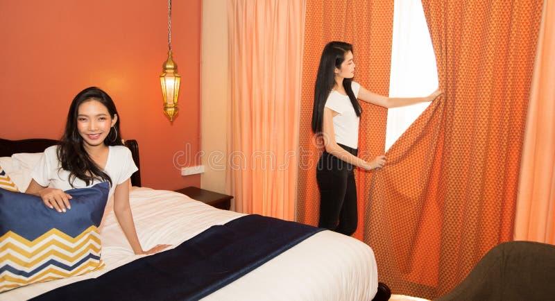 Os viajantes asiáticos das mulheres apreciam o curso e verificam-no dentro foto de stock royalty free