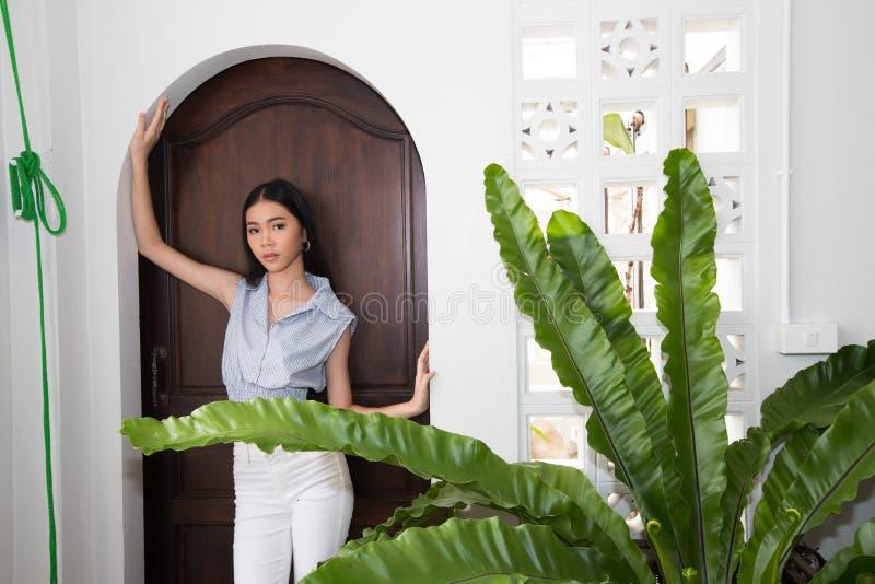 Os viajantes asiáticos das mulheres apreciam o curso e verificam-no dentro imagem de stock