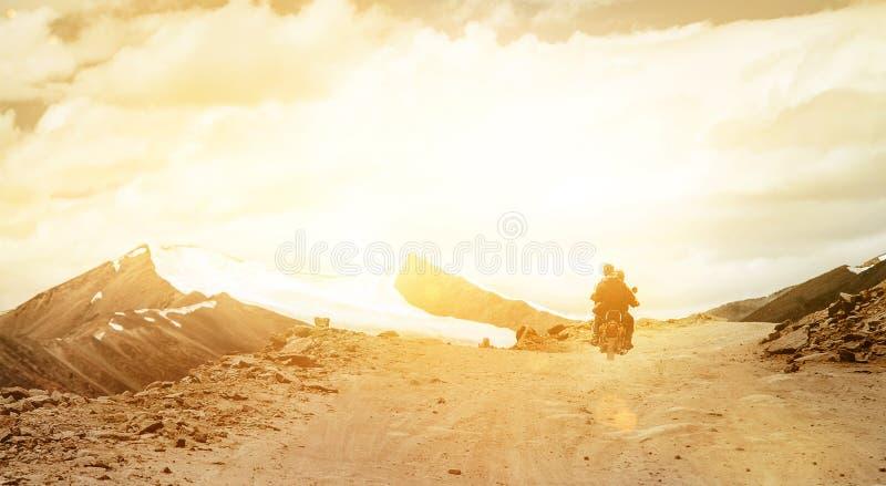 Os viajantes de Motobike montam na estrada da passagem de montanha no indiano Himalaya fotos de stock