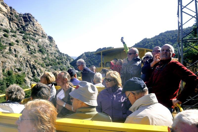 Os viajantes do trem amarelo o pouco trem amarelo dos Pyrenees fotos de stock
