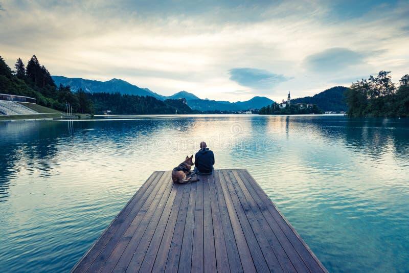 Os viajantes dos pares em Eslovênia sangraram o lago foto de stock