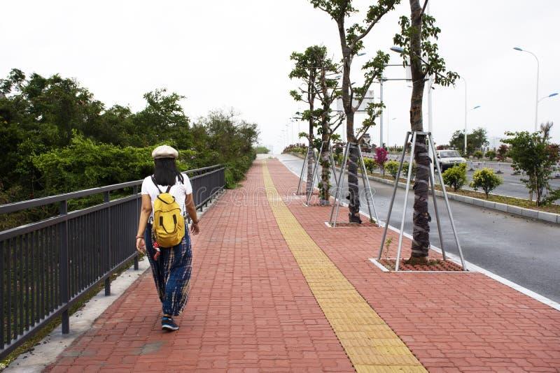 Os viajantes que as mulheres tailandesas viajam andando no passeio ao lado da estrada de Nanbin v?o visitar o templo de Tiantan e fotografia de stock