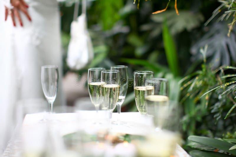 Os vidros do casamento encheram-se com o champanhe imagens de stock