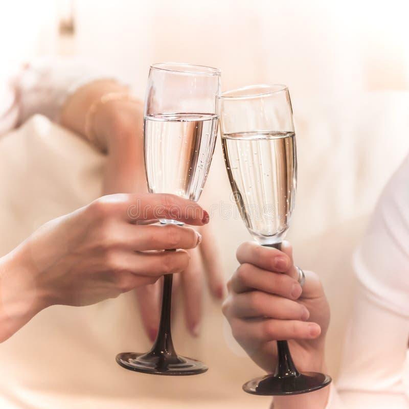 Os vidros do tinido quando a celebração nas mãos imagem de stock royalty free