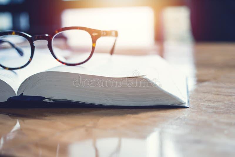 Os vidros do vintage, em livros empilham em público o livro da biblioteca, estudando o exame Livros do tutor com amigos imagem de stock royalty free