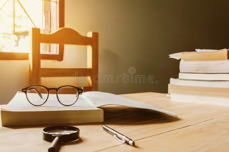 Os vidros do vintage, em livros empilham em p?blico o livro da biblioteca, estudando o exame imagens de stock royalty free