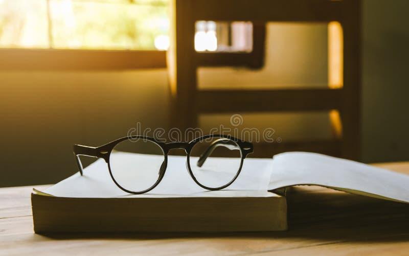 Os vidros do vintage, em livros empilham em p?blico o livro da biblioteca, estudando o exame imagem de stock