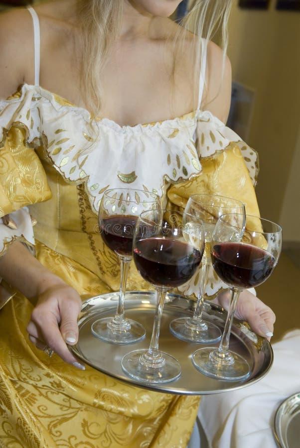 Os vidros encheram-se com o vinho vermelho em uma bandeja bonita. imagens de stock royalty free