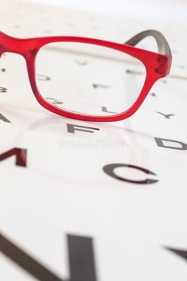 Download Os Vidros Modernos Em Um Olho Observam A Carta De Teste Imagem de Stock - Imagem de medicina, inabilidade: 65576105