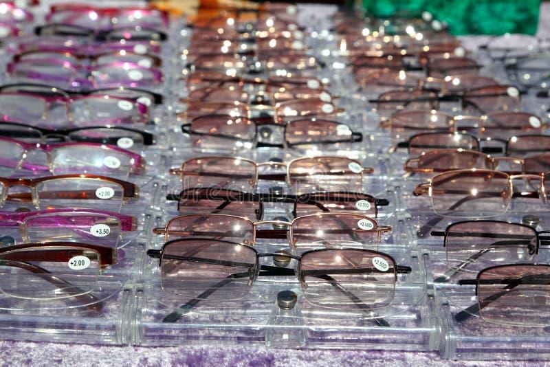 Os vidros para o fim acima da vista nas fileiras muitos eye vidros fotografia de stock