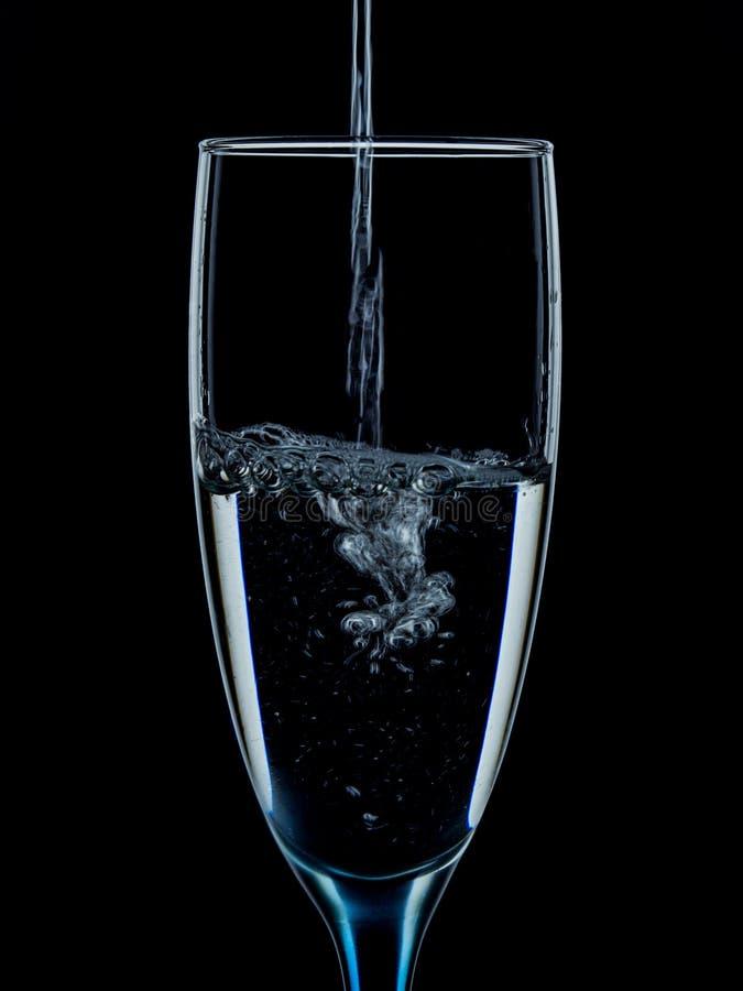 os vidros são derramados com agua potável fotos de stock