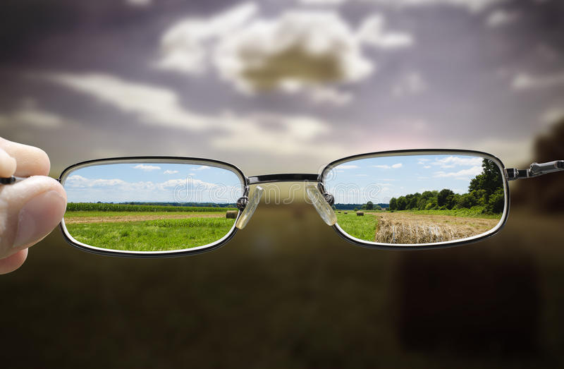 Os vidros transformam o dia sombrio em ensolarado imagens de stock