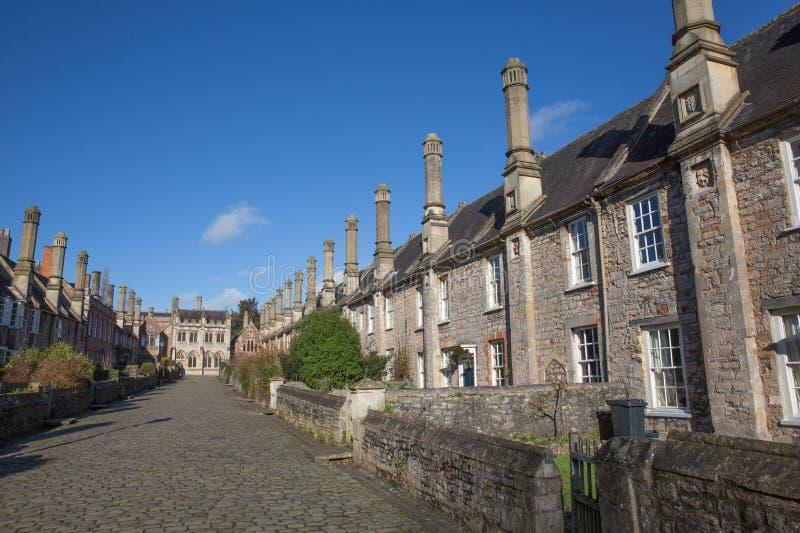 Os vigários fecham-se ao lado das casas de campo, das casas e das chaminés históricas britânicas de Somerset England da catedral  fotografia de stock