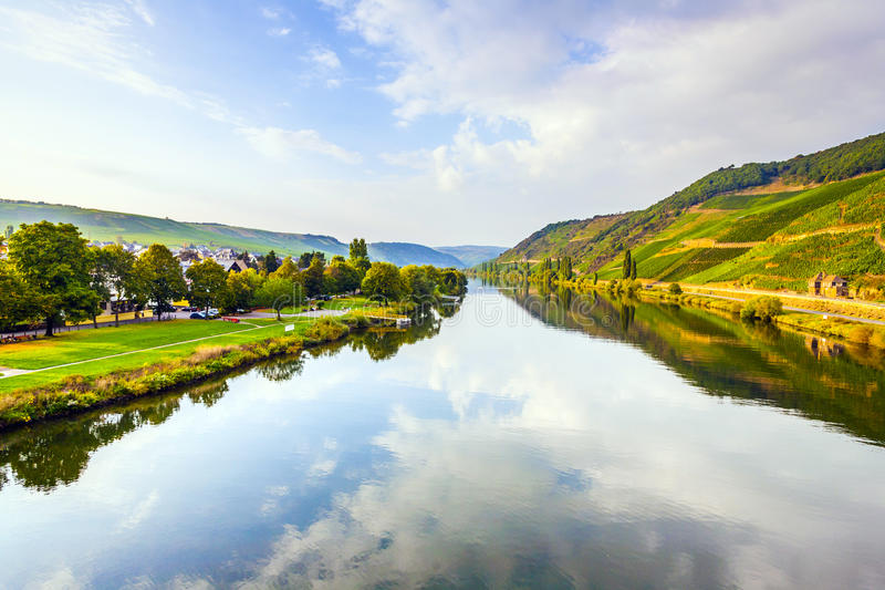 Os vinhedos nos montes do rio romântico Moselle afiam na SU fotos de stock royalty free
