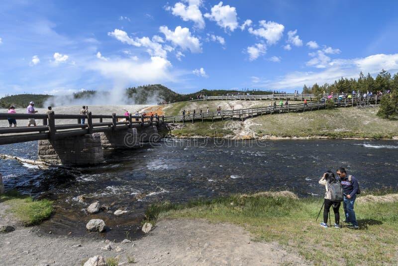 Os visitantes reunem-se à mola prismático grande em Yellowstone fotos de stock royalty free