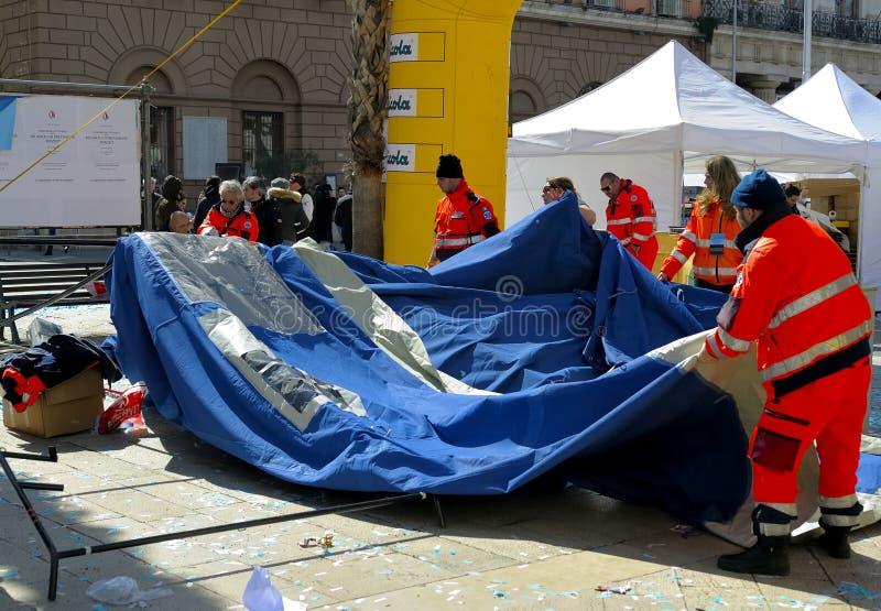 Os voluntários da proteção civil desmontaram uma barraca foto de stock