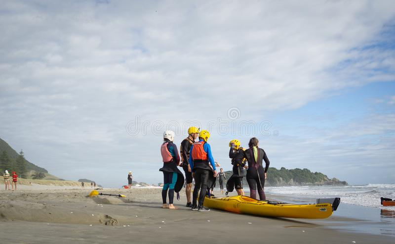 Os voluntários da segurança para as casas da geração lixam para surfar o evento da nadada no dia nublado imagens de stock