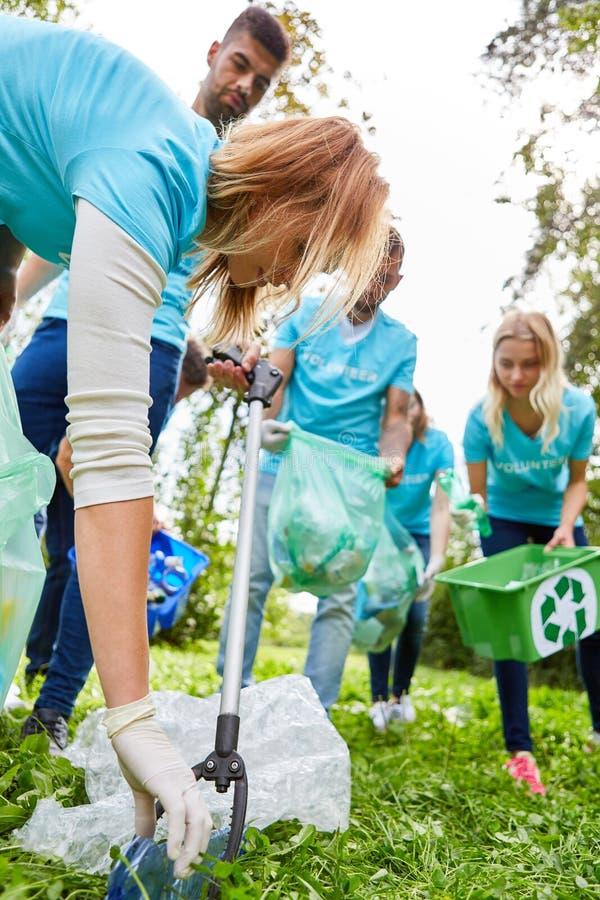 Os voluntários limpam um parque do lixo fotos de stock royalty free