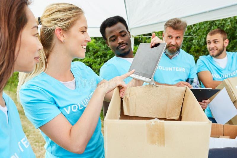 Os voluntários voluntários recolhem doações no tipo imagens de stock royalty free