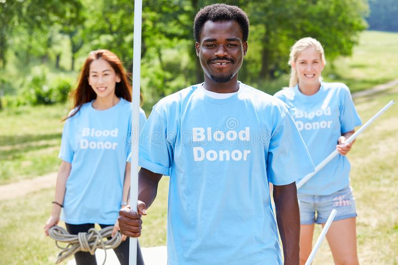 Os volunt?rios fazem campanha para a doa??o de sangue imagem de stock royalty free