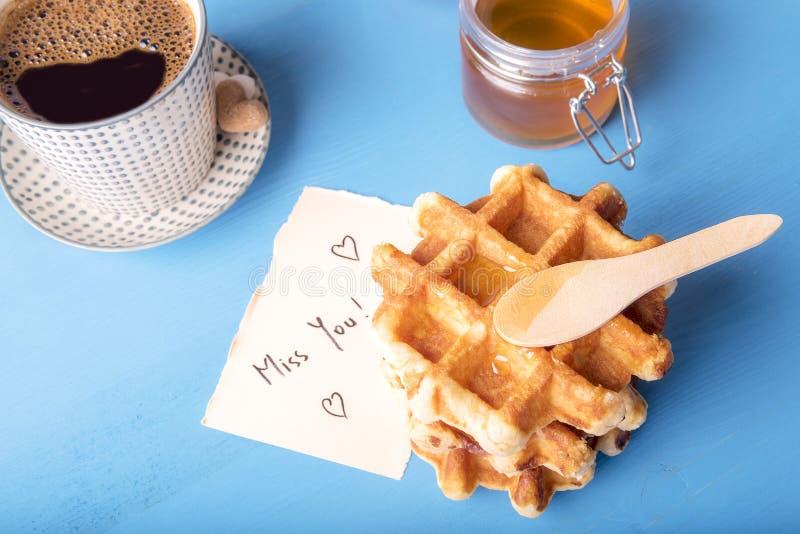 Os waffles com mel e faltam-no mensagem imagem de stock royalty free