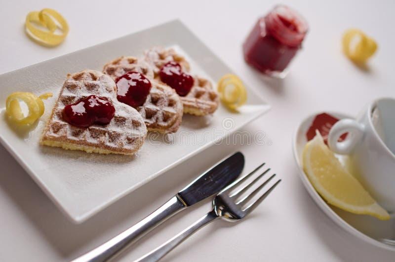 Os waffles do coração, doce de fruta, açúcar pulverizado serviram em p retangular imagens de stock