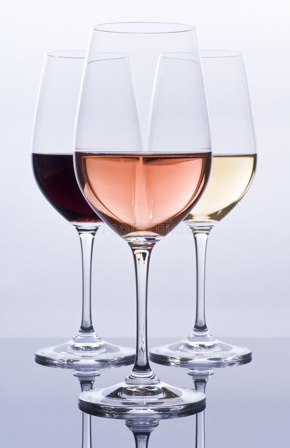 Os Wineglasses encheram-se com o vinho colorido fotos de stock royalty free
