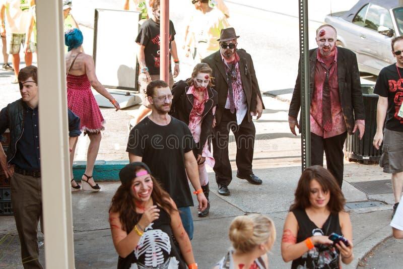 Os zombis ensanguentados desconcertam às barras no rastejamento de bar de Atlanta imagens de stock