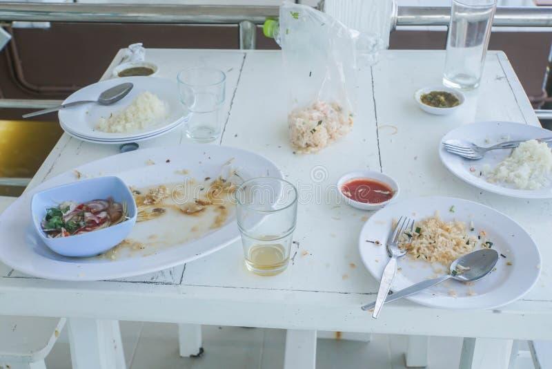 Osad żywność w białym plastikowym naczyniu na drewnianym stole zdjęcia stock