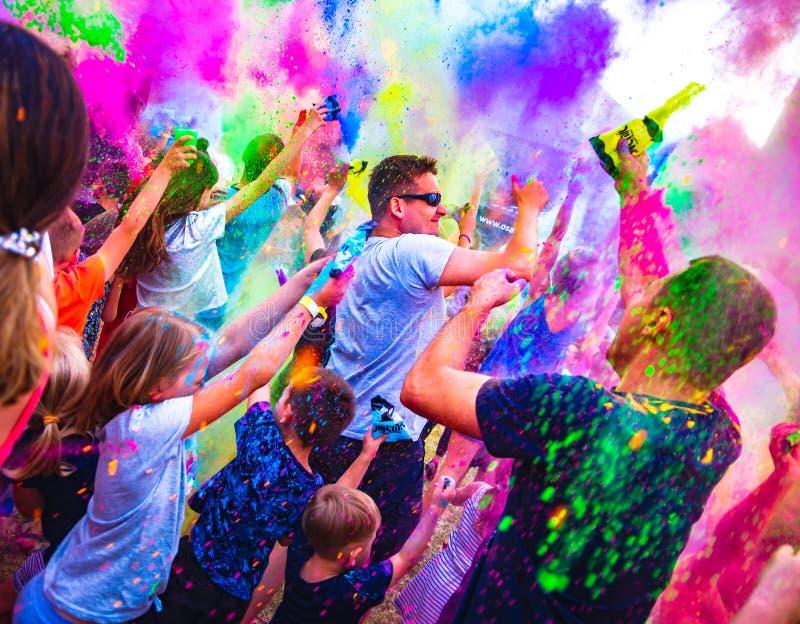 Osada Sniezka, Lomnica, Pologne - 1er juin 2018 : Personnes heureuses célébrant pendant le festival de couleurs le jour des enfan photo libre de droits