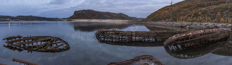 Osadniczy Teriberka przy Barents dennym brzeg Murmansk region Rosja Osamotniony apokaliptyczny krajobraz zdjęcia royalty free