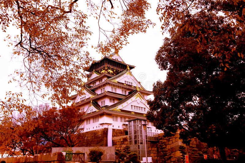 Osaka Castle als das berühmte historische Wahrzeichen der Stadt japan lizenzfreies stockbild