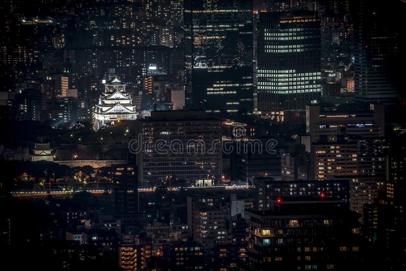 Osaka Castle bij nacht in birdeye of hoogste mening met rond cityscape en de hoge bouw wordt verlicht, Osaka Prefecture, Japan da stock foto