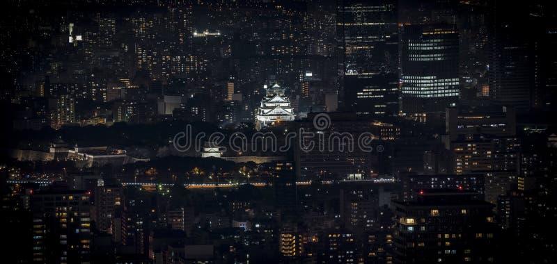 Osaka Castle bij nacht in panorama/birdeye of hoogste mening met rond cityscape en de hoge bouw wordt verlicht, Osaka Prefecture  stock afbeelding